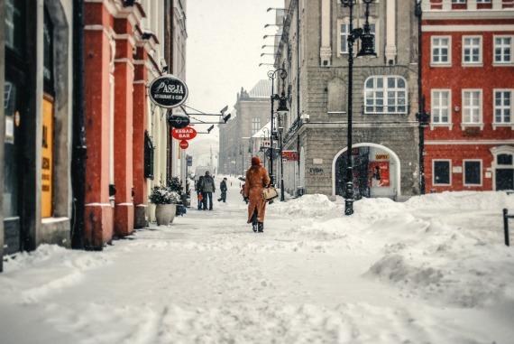 heavy-snow-stary-rynek-winter-woman-red-hat-walking-SMALL