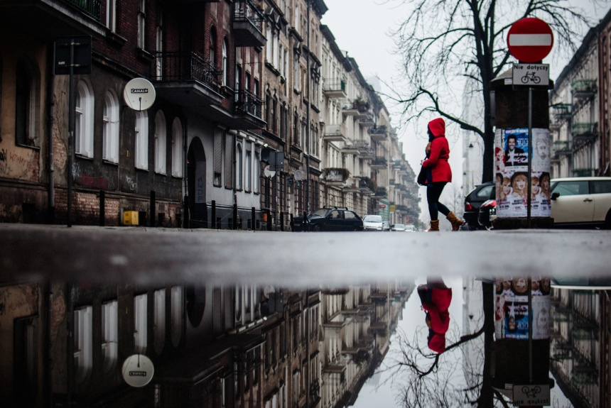 lady-in-red-reflection-jezyce-small-web